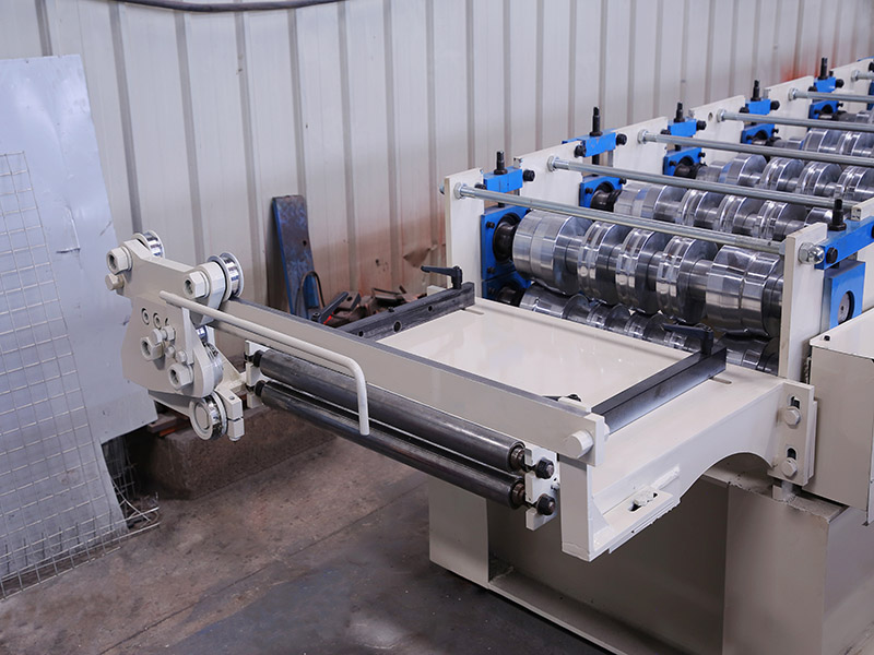 Standing seam roof forming machine